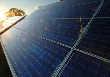 Estudo mostra como a energia solar pode reduzir o uso de termelétricas e os aumentos frequentes na conta de luz